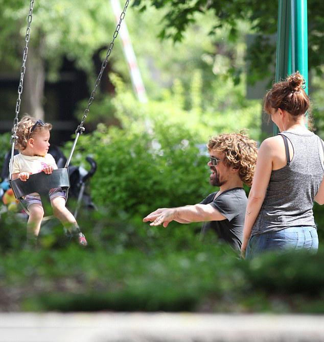Питер Динклэйдж с дочерью Зелиг и женой Эрикой Шмидт