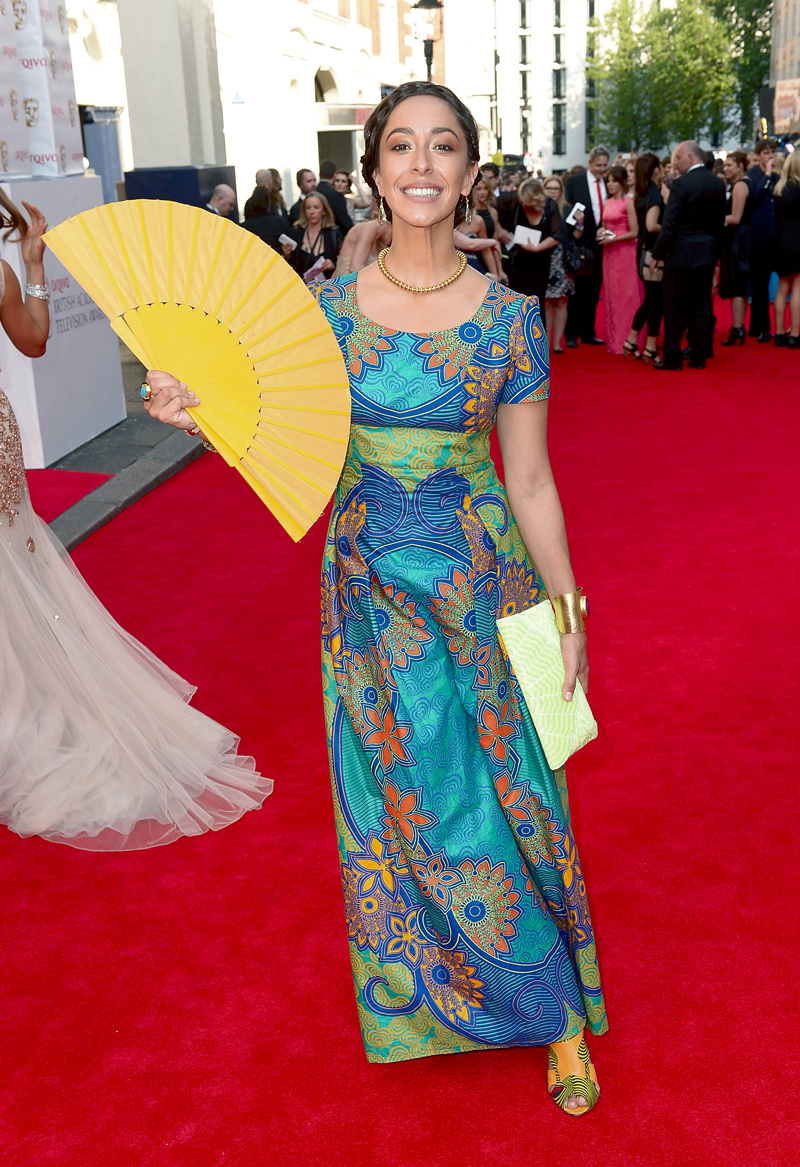 Уна Чаплин с желтым веером TV BAFTA 2014