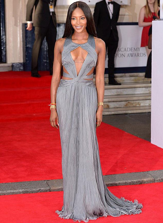 Наоми Кемпбелл TV BAFTA 2014 серое платье