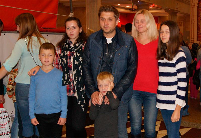 Роман Маякин с женой, детьми, сыном, с семьей